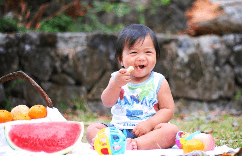 Dans les conditions naturelles, l'enfant trouve l'aliment dont son corps a besoin : sa joie s'affiche et le confirme.