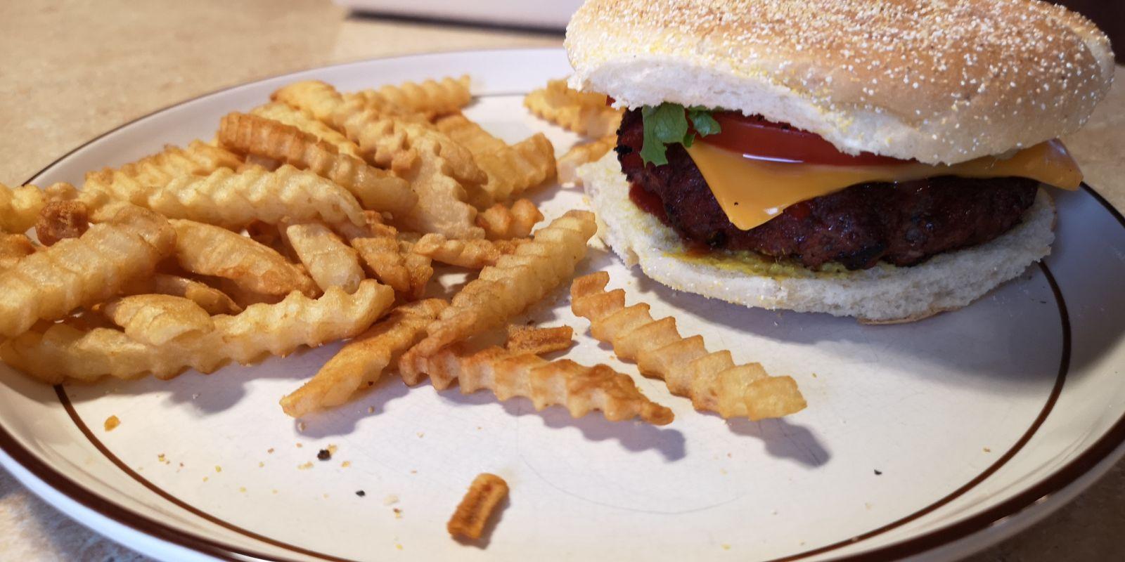 Comment faire un Hamburger au fromage avec une boulette juteuse et délicieuse pour moins de 2,50 $