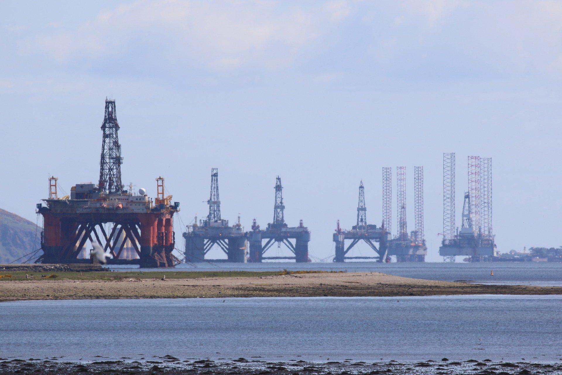 La Russie et l'Arabie Saoudite réduisent leur production de pétrole. Trop peu, trop tard ?