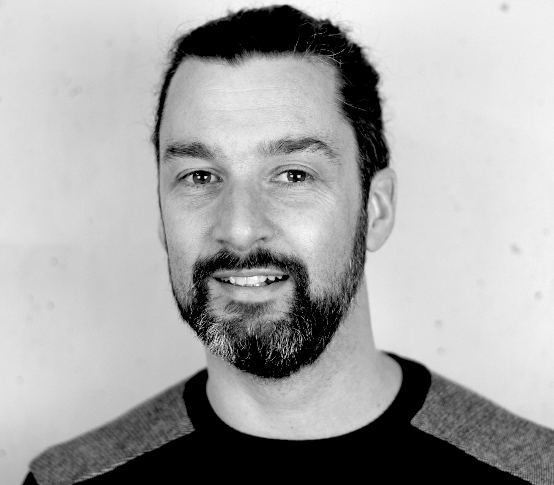 Photo portrait de Pascal Lenormand : un homme de 45 ans, brun, yeux marrons avec une barbe très courte.