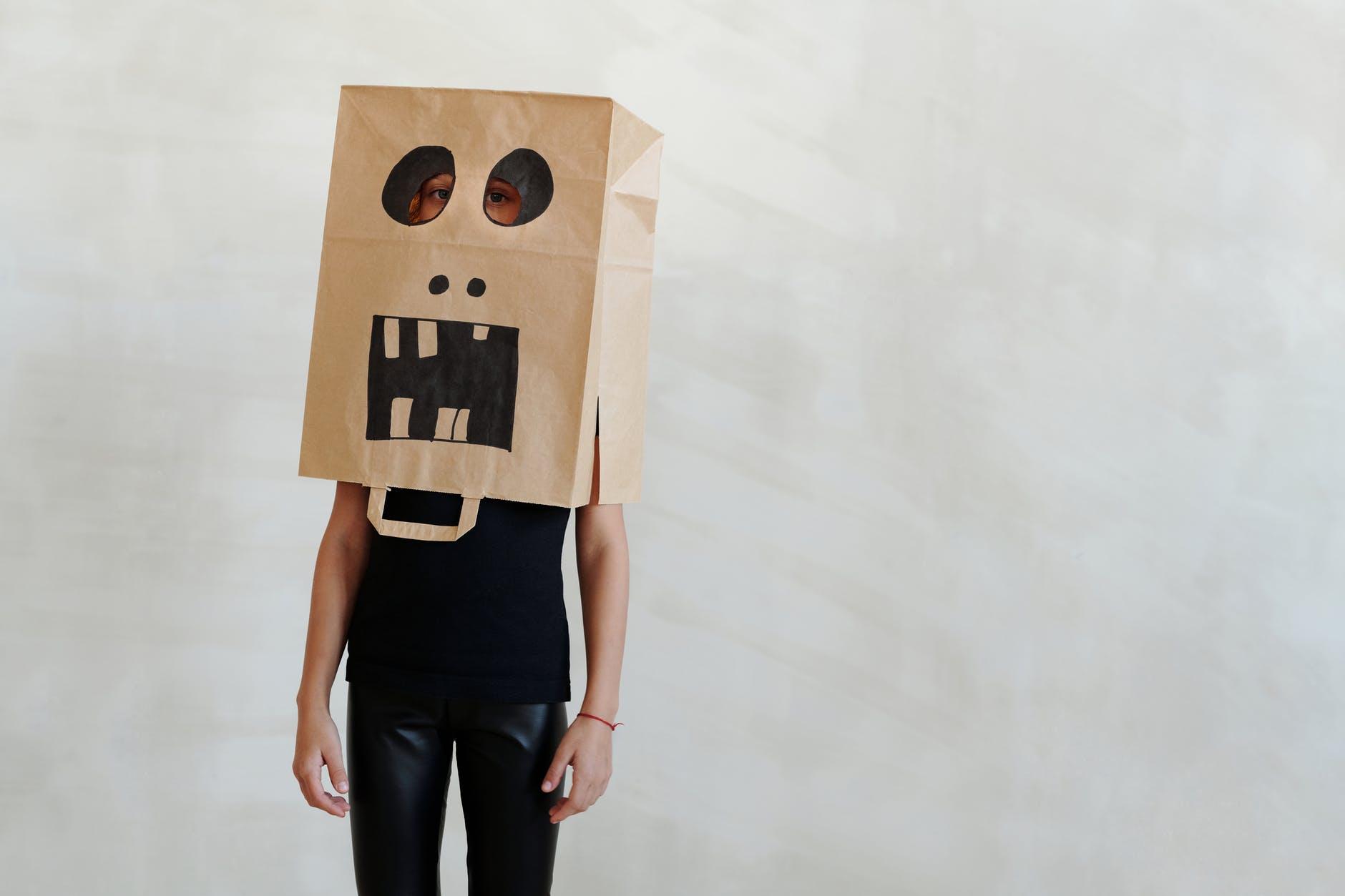 Personne avec un sac en papier sur la tête
