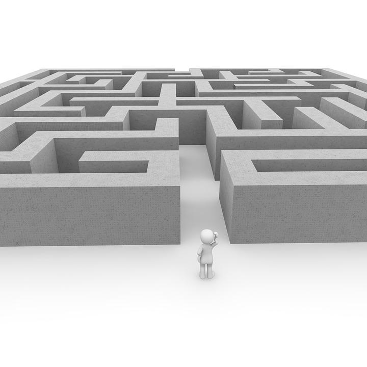 seul et perdu dans un labyrinthe