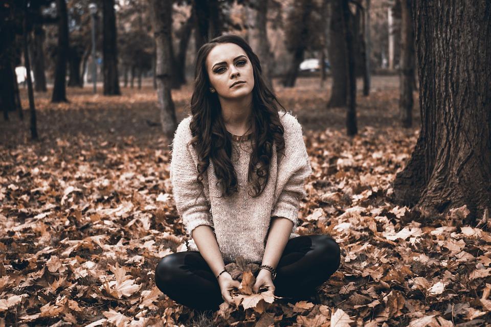 jeune femme seule et triste dans la forêt