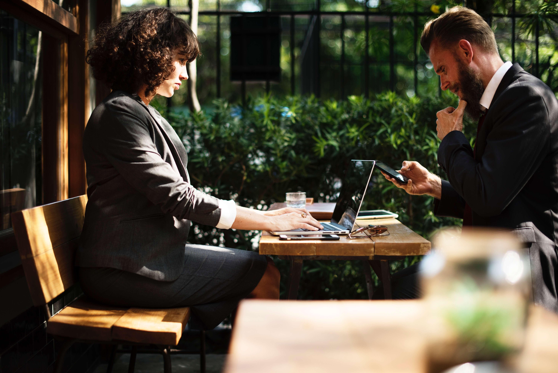 Une femme et un homme travaillant à la creation d'une entreprise